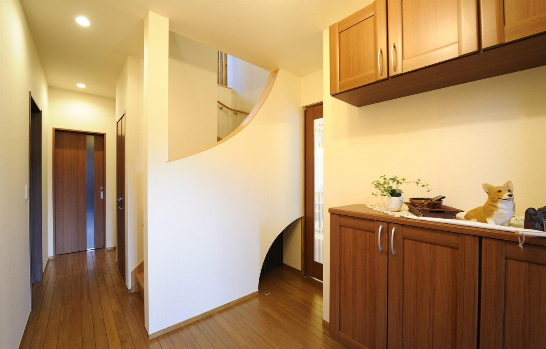 アーチデザインのおしゃれな階段