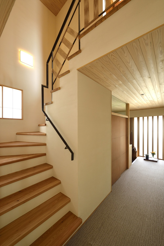 美しい天然木の階段