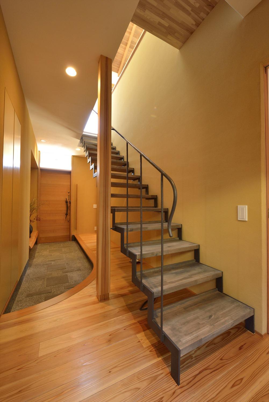 無垢材の玄関スケルトン階段