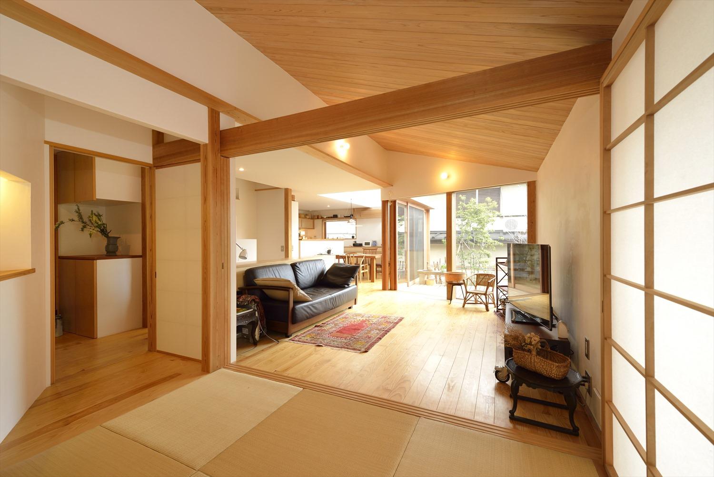 リビングと隣接する畳の和室