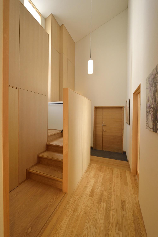 階段が直接見えない玄関レイアウト