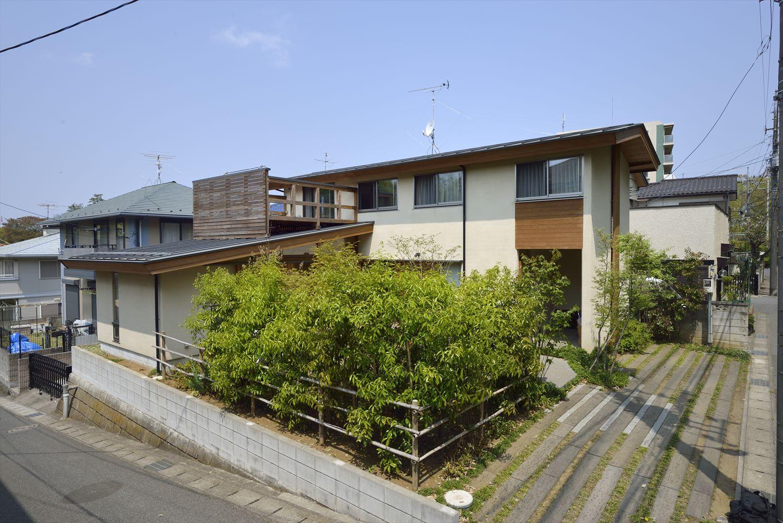 緑が生い茂る注文住宅の外観
