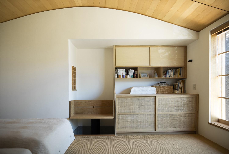アーチ天井の落ち着く寝室デザイン