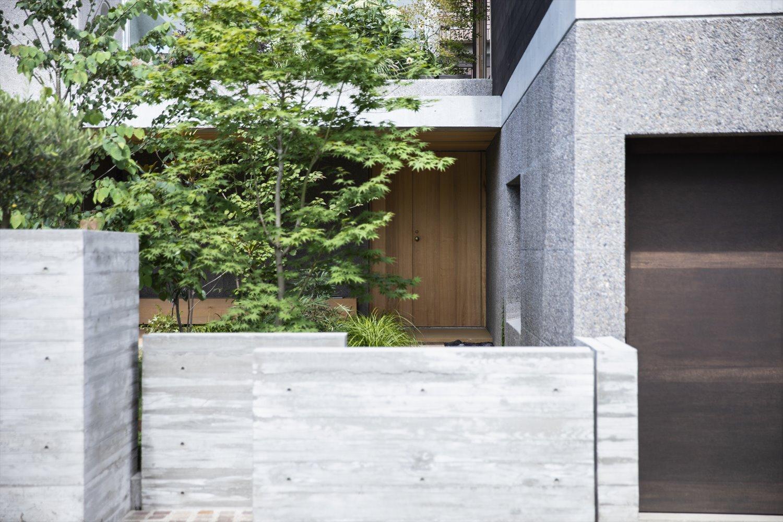 木目調のコンクリート塀と洗い出しガレージ